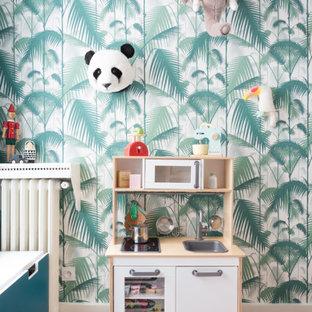 Exemple d'une chambre d'enfant de 4 à 10 ans scandinave de taille moyenne avec un mur bleu, un sol en bois clair, un sol beige et du papier peint.