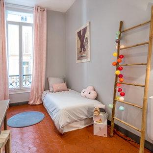 Inredning av ett eklektiskt mellanstort flickrum kombinerat med sovrum och för 4-10-åringar, med grå väggar och klinkergolv i terrakotta