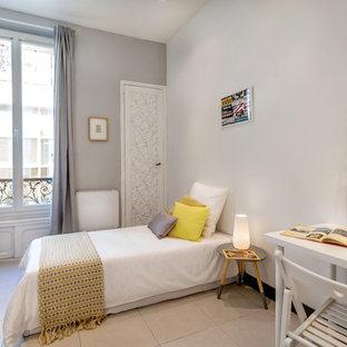 Inspiration pour une chambre d'enfant nordique de taille moyenne avec un sol en carrelage de céramique et un mur gris.