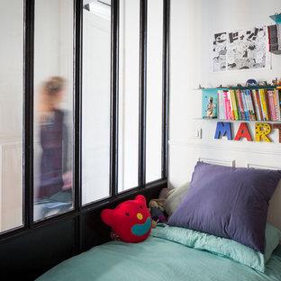Cette image montre une chambre d'enfant de 4 à 10 ans urbaine de taille moyenne avec un mur blanc.
