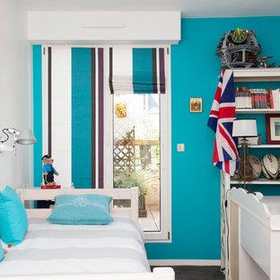 Idee per una piccola cameretta per bambini classica con pareti blu, pavimento in linoleum e pavimento nero