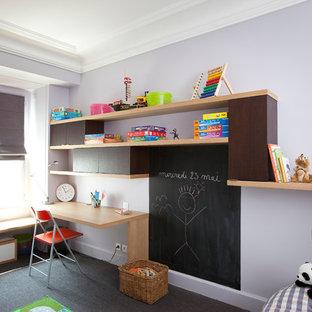 Idée de décoration pour une chambre neutre de 4 à 10 ans design de taille moyenne avec un bureau, un mur violet, moquette et un sol gris.