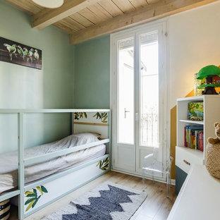 Foto di una piccola cameretta per bambini da 1 a 3 anni mediterranea con pareti verdi, pavimento in laminato e pavimento beige