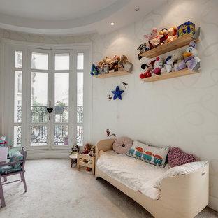 Cette image montre une chambre d'enfant traditionnelle avec un mur blanc et moquette.