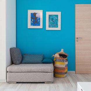 Idee per una grande cameretta per bambini da 4 a 10 anni contemporanea con pareti blu e parquet chiaro
