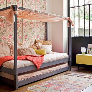 Inspiration pour une chambre d'enfant de 4 à 10 ans bohème de taille moyenne avec un mur rose et un sol en bois brun.