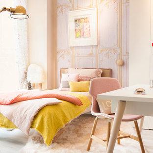 Exemple d'une grand chambre d'enfant scandinave avec un bureau, un mur blanc et un sol en bois clair.