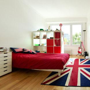 Idées déco pour une grande chambre d'enfant contemporaine avec un mur blanc et un sol en bois brun.