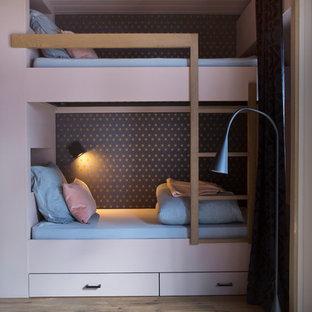Стильный дизайн: детская среднего размера в современном стиле с спальным местом, розовыми стенами, светлым паркетным полом и коричневым полом для девочки - последний тренд