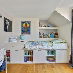 Aménagement d'une chambre d'enfant contemporaine avec un mur gris, un sol en bois brun et un sol marron.