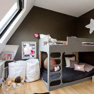 Aménagement d'une chambre d'enfant de 4 à 10 ans scandinave de taille moyenne avec un sol en bois clair et un mur noir.