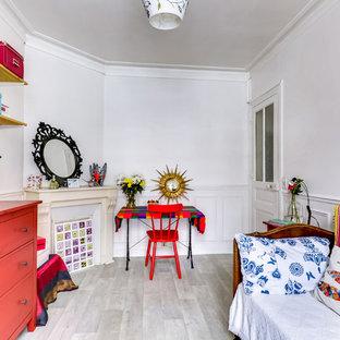 Inspiration pour une chambre d'enfant de 4 à 10 ans bohème avec un mur blanc, un sol en bois clair et un sol gris.