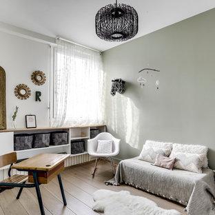 Idées déco pour une chambre d'enfant scandinave avec un mur vert, un sol en bois clair et un sol beige.