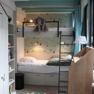 Inspiration pour une petit chambre d'enfant de 4 à 10 ans design avec un mur multicolore et un sol en bois clair.