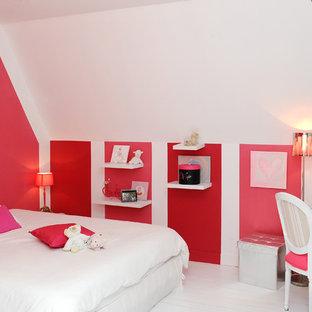 Exemple d'une chambre d'enfant tendance de taille moyenne avec un bureau, un sol en bois peint et un mur multicolore.