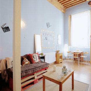 Aménagement d'une chambre d'enfant de 4 à 10 ans industrielle avec un mur bleu, un sol en bois brun et un sol marron.