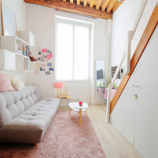 Idées déco pour une chambre d'enfant de 4 à 10 ans scandinave avec un mur blanc, un sol en bois clair et un sol beige.
