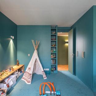 Ispirazione per una grande cameretta per bambini da 4 a 10 anni design con pareti verdi, moquette e pavimento verde
