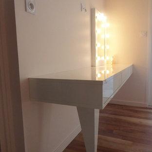 Diseño de dormitorio infantil minimalista, grande, con escritorio, paredes rosas y suelo de madera oscura