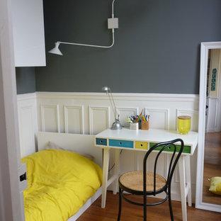 Inspiration pour une chambre de garçon de 4 à 10 ans design de taille moyenne avec un bureau, un mur bleu et un sol en bois brun.