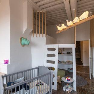 Идея дизайна: нейтральная детская в современном стиле с белыми стенами и полом из терракотовой плитки