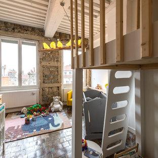 Cette photo montre une chambre neutre tendance avec un mur blanc et un sol en carreau de terre cuite.