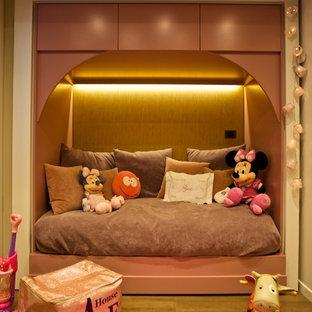 Свежая идея для дизайна: детская среднего размера в современном стиле с спальным местом и бежевыми стенами для ребенка от 1 до 3 лет, девочки - отличное фото интерьера