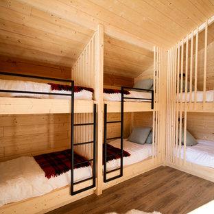 Réalisation d'une chambre d'enfant de 4 à 10 ans chalet de taille moyenne avec un mur beige, un sol en bois foncé et un sol marron.