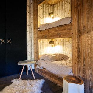 Cette photo montre une chambre d'enfant montagne de taille moyenne avec un sol en bois foncé.