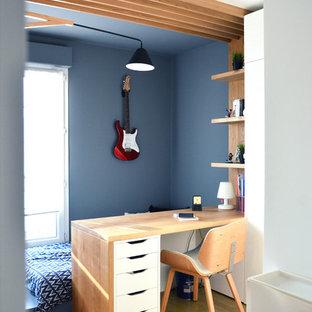Idées déco pour une petit chambre d'enfant contemporaine avec un sol en bois clair, un mur bleu et un sol marron.