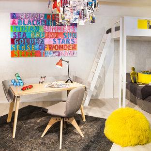 Idée de décoration pour une chambre d'enfant design de taille moyenne avec un bureau, un mur blanc et un sol en bois clair.