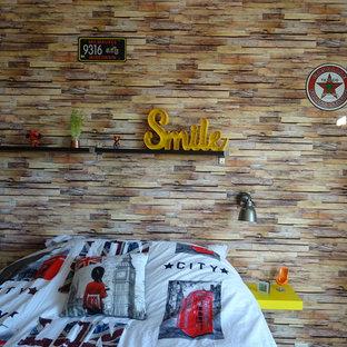 Réalisation d'une petite chambre d'enfant urbaine avec un mur beige, un sol en linoléum et un sol gris.