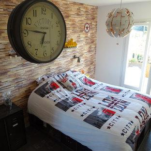 Idées déco pour une petite chambre d'enfant industrielle avec un mur beige, un sol en linoléum et un sol gris.