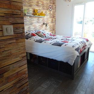 На фото: маленькая детская в стиле лофт с спальным местом, бежевыми стенами, полом из линолеума и серым полом для подростка, мальчика