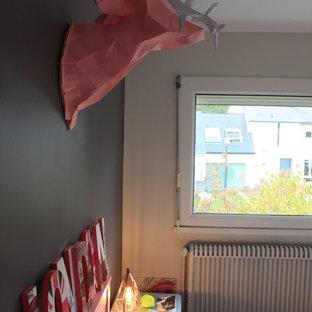 Ejemplo de dormitorio infantil minimalista, de tamaño medio, con paredes púrpuras y suelo laminado