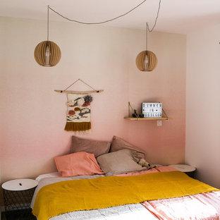 Idées déco pour une petite chambre d'enfant éclectique avec un sol en bois foncé et un mur multicolore.