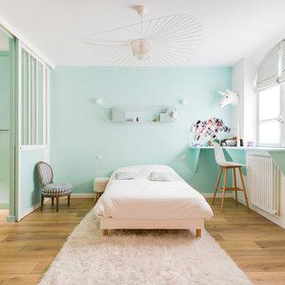 Idées déco pour une chambre d'enfant éclectique avec un mur vert, un sol en bois brun et un sol marron.