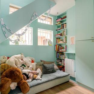 Aménagement d'une chambre d'enfant éclectique avec un mur vert et un sol marron.