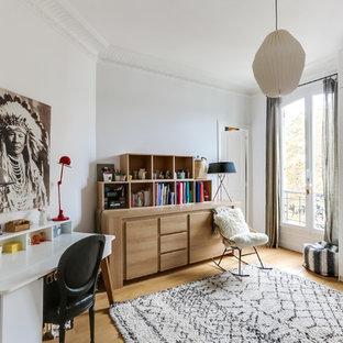 Inspiration pour une chambre d'enfant nordique de taille moyenne avec un mur blanc et un sol en bois clair.