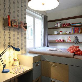 Exemple d'une chambre neutre de 4 à 10 ans tendance de taille moyenne avec un bureau et un mur multicolore.