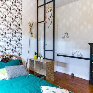 Inspiration pour une chambre neutre de 4 à 10 ans design de taille moyenne avec un mur jaune, un sol en bois foncé et un sol marron.