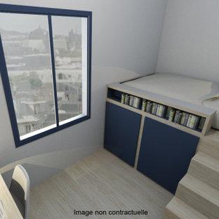 Idee per una piccola cameretta per bambini contemporanea con pareti beige, parquet chiaro, pavimento beige e travi a vista