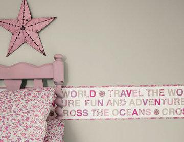 Chambre de fille rose sur le thème du voyage