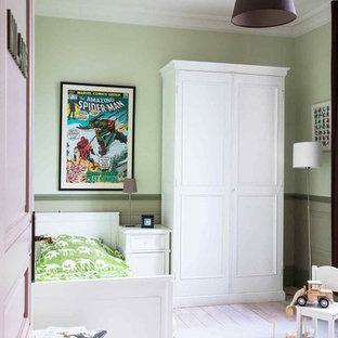 Foto di una cameretta per bambini da 4 a 10 anni country di medie dimensioni con pareti viola, pavimento in legno verniciato e pavimento bianco