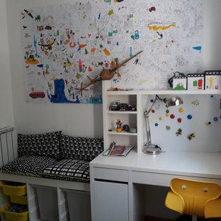 Ispirazione per una cameretta per bambini da 4 a 10 anni minimal di medie dimensioni con pareti bianche, pavimento in terracotta e pavimento marrone