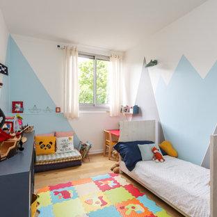 Idées déco pour une chambre d'enfant contemporaine avec un mur multicolore, un sol en bois brun, un sol marron et du papier peint.