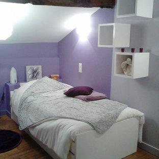 Idéer för att renovera ett mellanstort funkis flickrum kombinerat med sovrum, med lila väggar och ljust trägolv