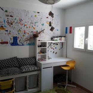 Esempio di una cameretta per bambini da 4 a 10 anni contemporanea di medie dimensioni con pareti bianche, pavimento in terracotta e pavimento marrone