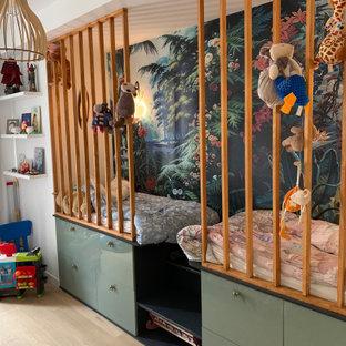 Foto di una cameretta per bambini da 4 a 10 anni contemporanea di medie dimensioni con parquet chiaro, soffitto ribassato, carta da parati, pareti bianche e pavimento beige