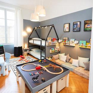Idées déco pour une grande chambre d'enfant de 4 à 10 ans classique avec un sol en bois brun, un sol marron et un mur multicolore.